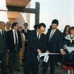 Presidente da Xunta de Galicia, Fernando González Laxe axudado polo Alcalde de Oleiros ángel García Seoane corta a cinta inaugural