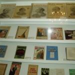 Unha vitrina con algunha das obras do escritor.