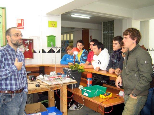 O Profesor Juan Neira expón o traballo aos alumnos de 2º de Bacharelato