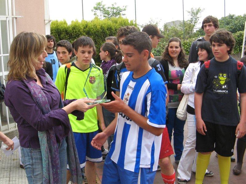 A Vicedirectora fai entrega do trofeo