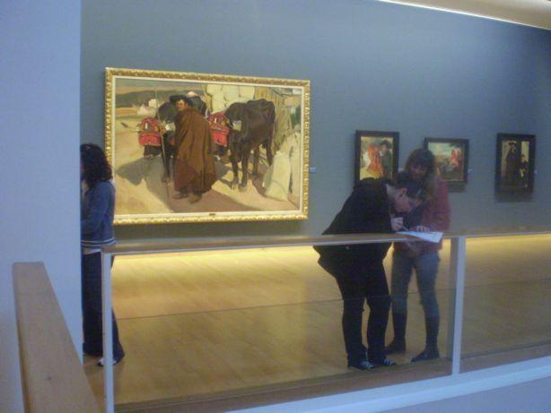 Cun Sorolla de fondo, traballando no Museo de Belas Artes