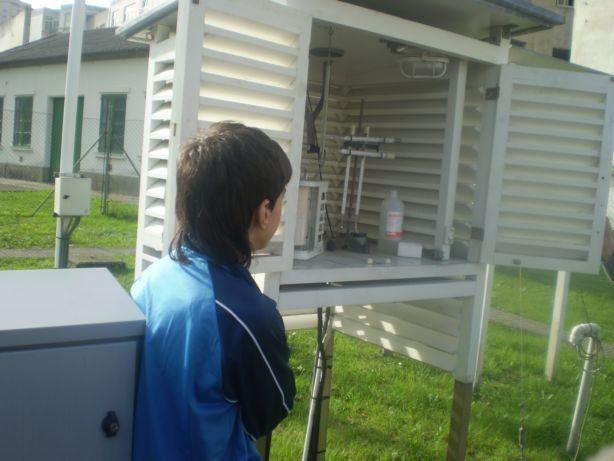 Comprobando os termómetros de máxima e mínima (Centro Meteorolóxico da Coruña)