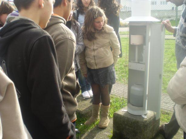 Inspeccionando o pluviógrafo, no Centro Meteorolóxico da Coruña