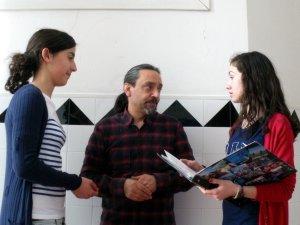 O profesor Vidal con Sara e Antía