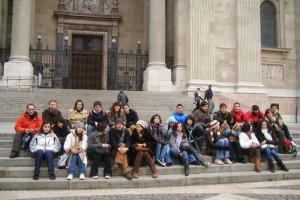 O grupo participante cos seus profesores sentados diante da Basílica de Pest.  Grazas a profesora Cristina  que nos acompañou na viaxe.