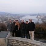 Tódos os profesores participantes. Ao fondo o bello Danubio e a Ponte das Cadeas con Buda a súa esquerda e Pest a dereita