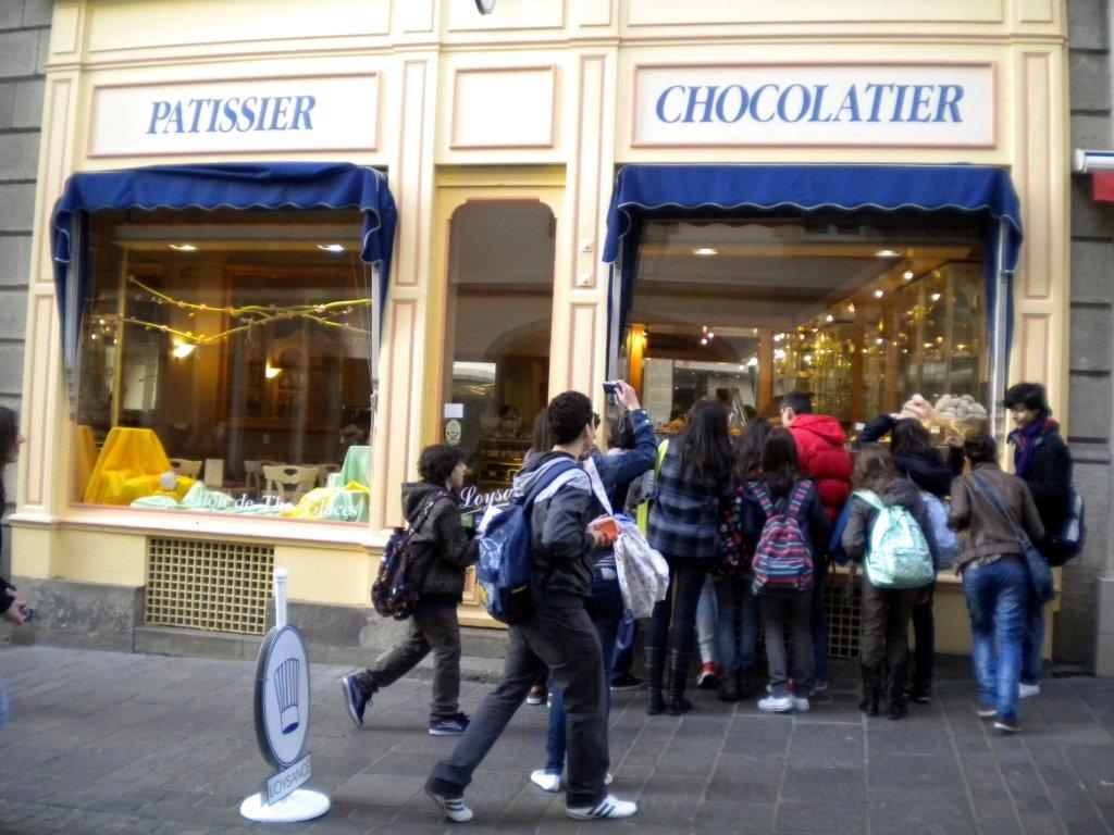 Los chic@s se abalanzan sobre un escaparate de una chocolaterie..aunque los gâteaux tenian muy buena pinta..jajaja