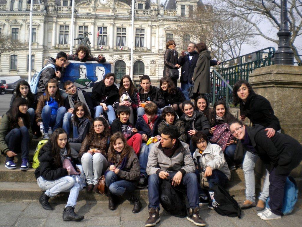 """Foto de grupo delante de """"la casa del pueblo""""."""