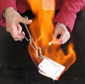 Quemando un billete de 5 €  no taller de Química Máxica
