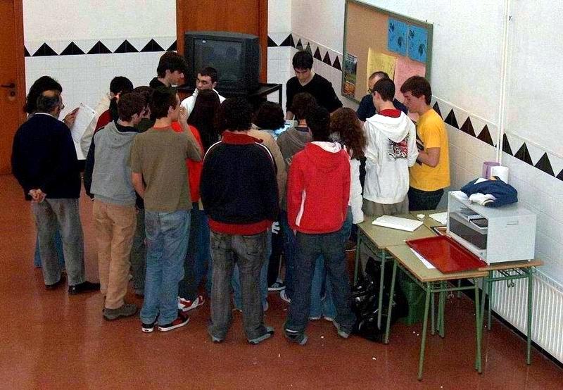 O profesor Juan Neira e o equipo de alumnos Antonio Fernández, Brais López, Bruno Rodríguez, David Valiño e Adrián Viqueira Fixeron unhas simulacións de Robótica Industrial