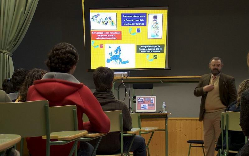 """Conferencia """"Nocións de Xenética"""". Impartida polo Decano da facultade de Ciencias Biolóxicas de Santiago de Compostela, Jaime Gómez."""