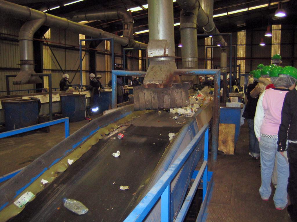 3. Operadoras clasificando la basura