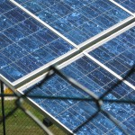 Paneis solares fotovoltaícos para produción de electricidade na zona de ensaios.