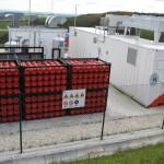 En primeiro plano as bombonas de hidróxeno comprimido e o hidroxenador máis grande de Europa,á dereita. Este hidróxeno será logo usado para producir corrente eléctrica nun xerador convencional que queima hidróxeno.
