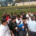 Grupo de alumnos e profesores visitando as instalacións de produción de enerxía a partir de hidróxeno.